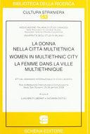 Femme Dans la Ville Multiethnique