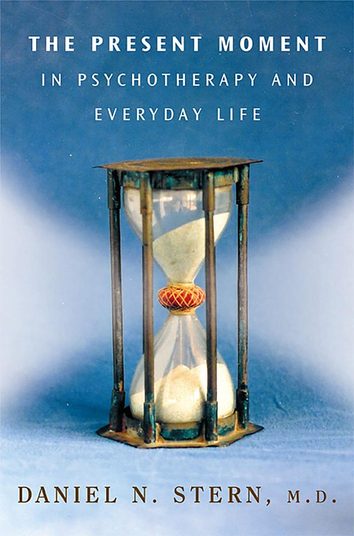 The Present Moment in Psychotherapy and Everyday Life (Norton Series on Interpersonal Neurobiology)
